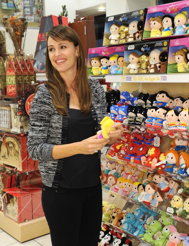 Jennifer Garner picks out itty bittys at a Hallmark Crown Store in New York​
